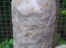 Quellstein - Granit Säule poliert, beige